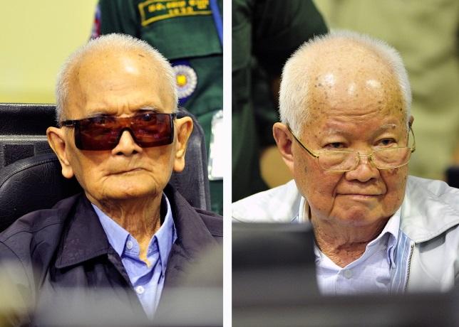 Главный идеолог «красных кхмеров», называемый «братом номер два», Нуон Чеа (слева) и бывший председатель президиума Демократической Кампучии Кхиеу Сампхан (справа) в зале суда в ЧПСК в Пномпене