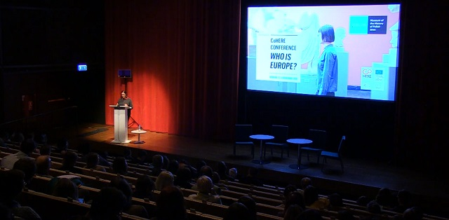 Профессор Гурминдер К. Бхамбра из Сассекского университета читает лекцию в Музее истории польских евреев Polin