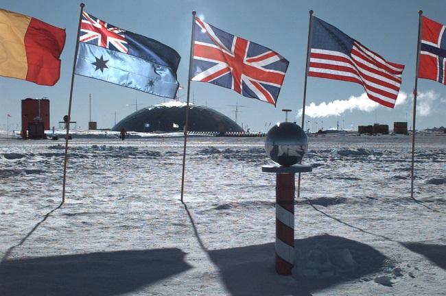 The South Pole, Antarctica. Photo: Petty Officer 2nd Class John K. Sokolowski, U.S. Navy/Wikimedia Commons (Public Domain)