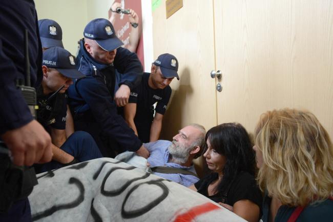 Police remove protesters. Photo: PAP/Jakub Kamiński