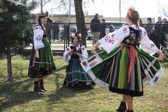 Девушки в народных костюмах во время празднования Всепольского дня солтыса