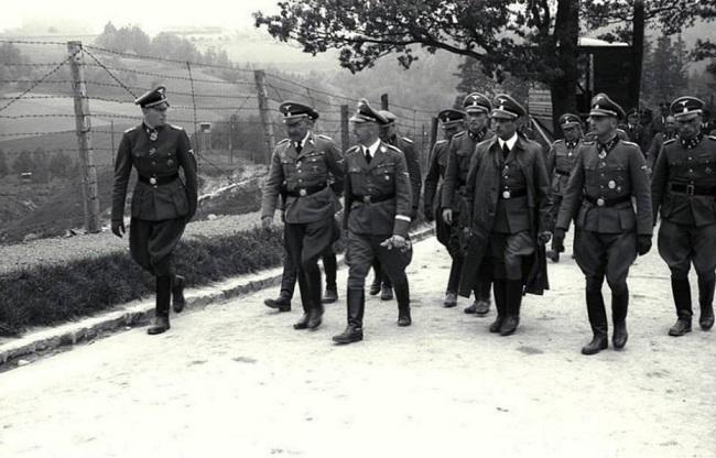 """Рэйхсфюрэр СС Гайнрых Гімлер (у цэнтры) наведвае канцлягер """"Маўтхаўзэн"""", побач зь ім у плашчы тагачасны гаўляйтэр Карынтыі Франц Кучэра, 1941 год"""