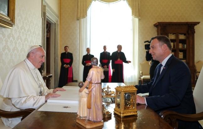 Президент Польши Анджей Дуда (справа) и Папа Римский Франциск (слева) во время встречи в Ватикане