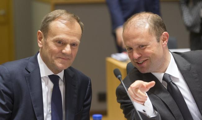 Глава Европейского совета Дональд Туск (слева) и премьер-министр Мальты Джозеф Мускат.