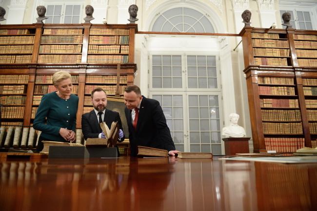 National Library Director Tomasz Makowski (centre) shows First Lady Agata Kornhauser-Duda and Andrzej Duda some historic books at the library. Photo: PAP/Jacek Turczyk.