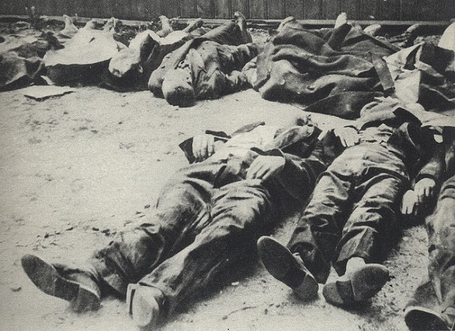 Polish civilians murdered by German troops during Warsaw Uprising. Picture taken in Warsaw's Wola district. Photo: Wikimedia Commons, public domain