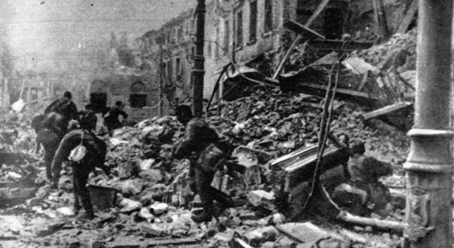 Mehr als 80 Prozent von Warschau wurde von den Deutschen während des Warschauer Auftsands 1944 zesrtört.