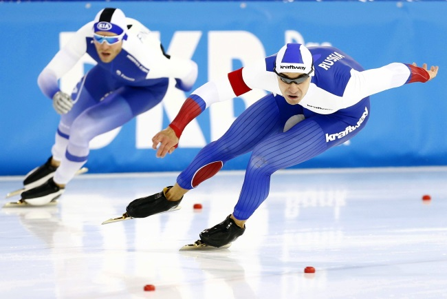 Ruslan Murashov (right) of Russia and Mika Poutala (left) of Finland in action during the men's 500m competition at the Speed Skating World Cup in Heerenveen, Netherlands. Photo: EPA/VINCENT JANNINK