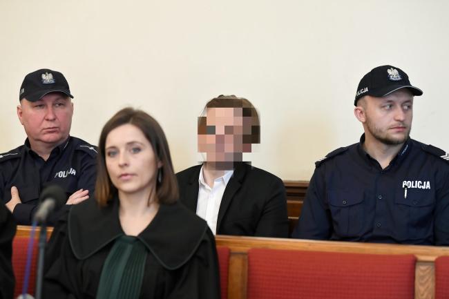 Экс-глава Amber Gold Марцин П. (в центре справа) и адвокат Катажины П., второй обвиняемой по делу, Анна Журавская (вцентре слева) в зале суда