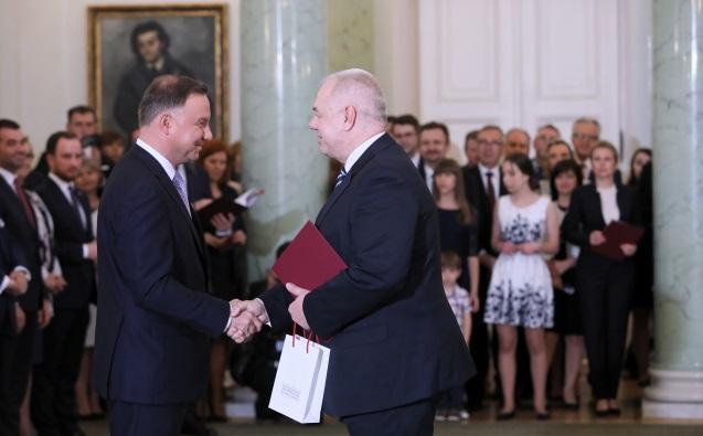 Президент Польши Анджей Дуда (слева) и вице-премьер Польши Яцек Сасин (справа) во время церемонии назначения новых министров