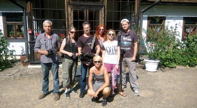 Олена Бондаренко (присіла) опікується черговою групою журналістів з України