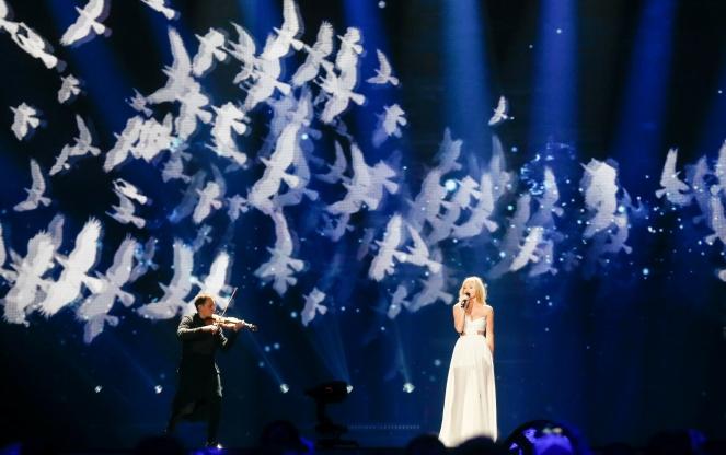 Польська співачка Кася Мось виконує пісню «Flashlight» під час першого півфіналу 62 Пісенного конкурсу Євробачення у Києві