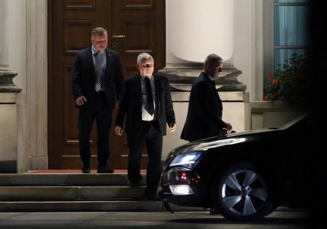 Law and Justice leader Jarosław Kaczyński (centre) leaves Belweder Palace after meeting President Andrzej Duda. Photo: PAP/Tomasz Gzell