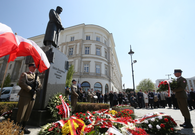 Flowers laid at Warsaw's monument to Józef Piłsudski. Photo: PAP/Paweł Supernak.