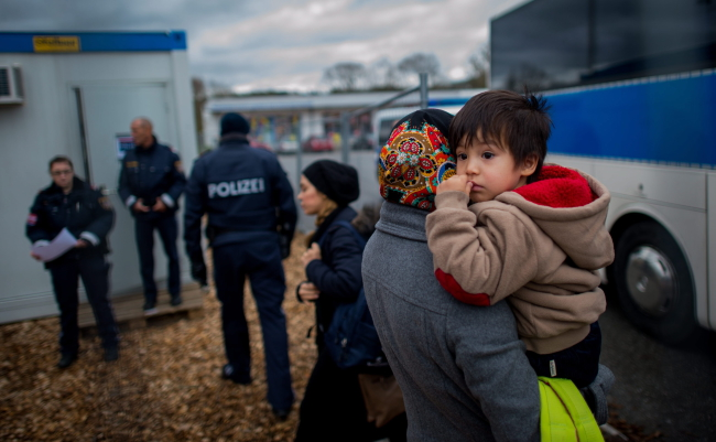 Migrants arrive at a temporary camp after German officials sent them back to Austria in Schaerding Am Inn, Austria, 12 January 2016. German officials send around 200 migrants a day back to Austria since the start of the new year. Many of them have no valid documents or did not want to apply for asylum in Germany. Photo: EPA/CHRISTIAN BRUNA
