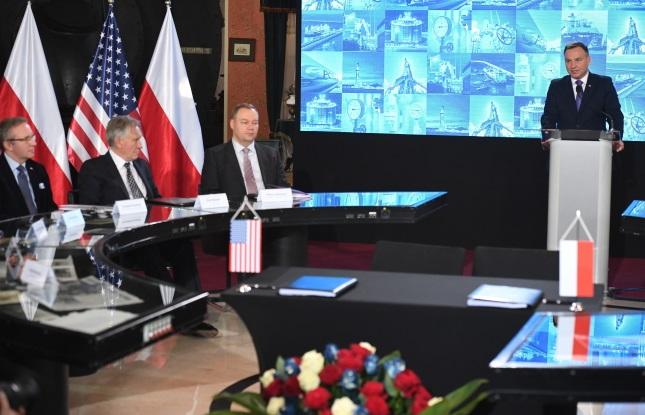Президент Польши Анджей Дуда (справа) выступает во время встречи в штаб-квартире PGNiG SA в Варшаве