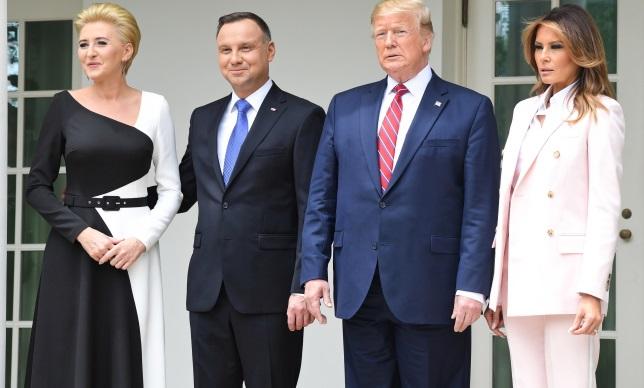 Президент США Дональд Трамп (второй справа) с супругой Меланией Трамп (справа) и президент Польши Анджей Дуда (второй слева) с супругой Агатой Корнхаузер-Дудой (слева) во время приветствия в Белом доме в Вашингтоне