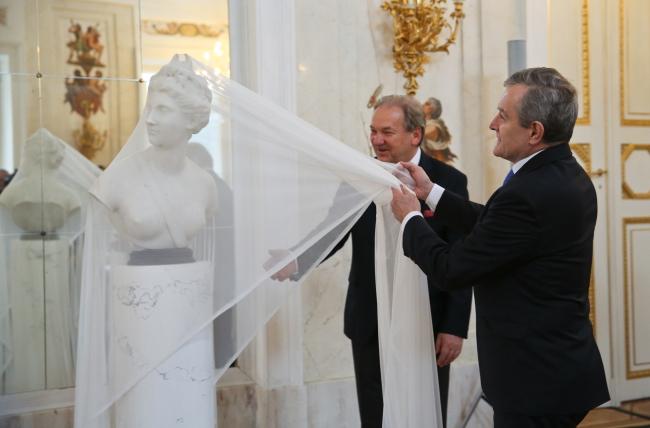 Minister Gliński unveils the bust of Diana. Photo: PAP/Rafał Guz