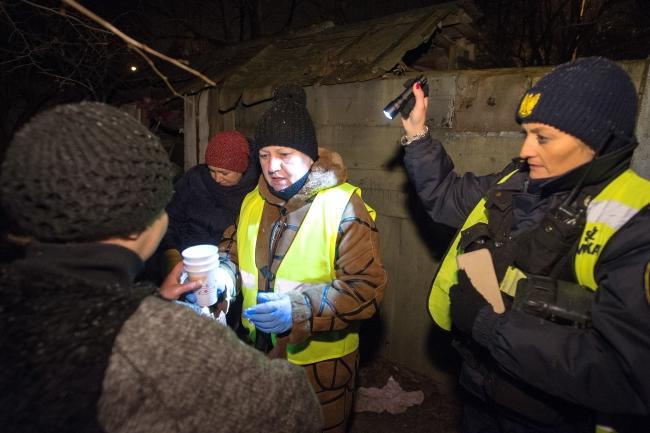 """Волонтери """"Карітас"""" і Муніципальної поліції допомагають бездомним у Лудзі. 5 лютого 2018"""