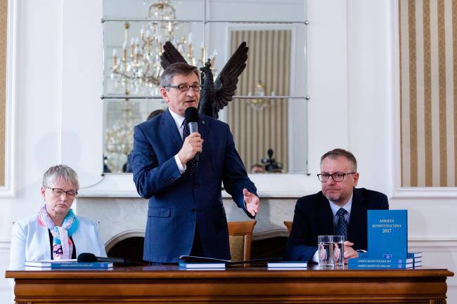 В Институте правосудия прошла презентация результатов т.н. Конституционной анкеты. Слева направо: профессор Анна Лабно, спикер Сейма Марек Кухциньский, юрист Богумил Шмулик.