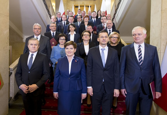The government of Beata Szydło (second from left) on its first day in office; Deputy PM Mateusz Morawiecki second from right. Photo: Polish Prime Minister's Office, Kancelaria Premiera [Public domain], via Wikimedia Commons