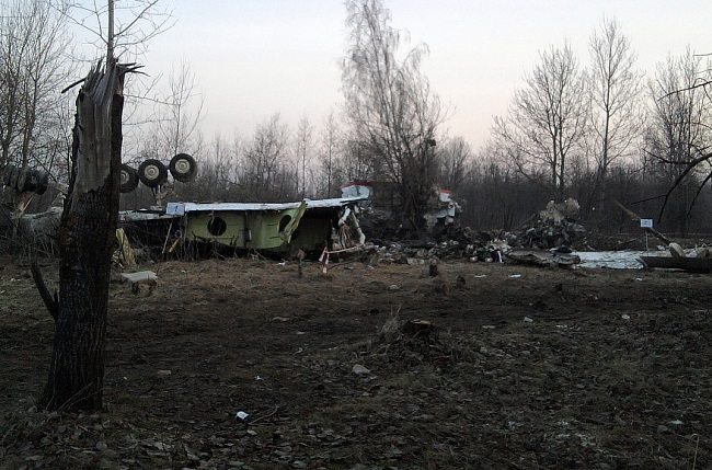 The wreckage of the Polish presidential plane shortly after the crash. Photo: Wikimedia Commons/staszewski/CC BY-SA 2.5