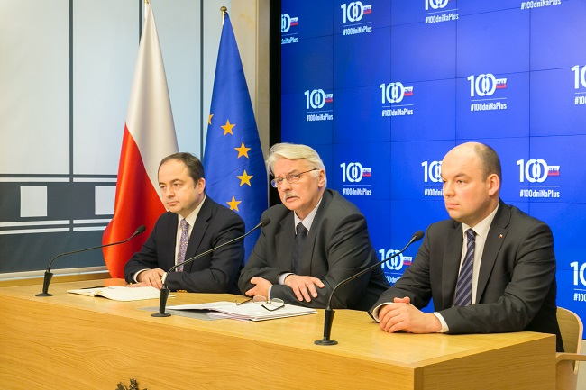 Minister Waszczykowski (C) addressed a press conference on Friday. Photo: MSZ