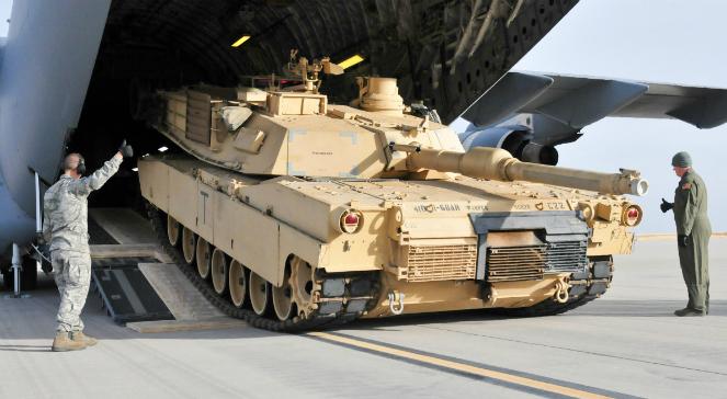 Amerykański czołg podstawowy M1A2 Abrams podczas rozładunku