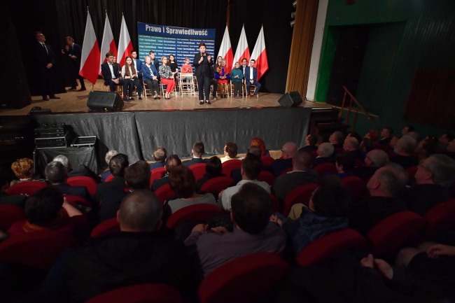 Кандидатка, участвующая в выборах в Европейский парламент, вице-премьер Беата Шидло (в центре)