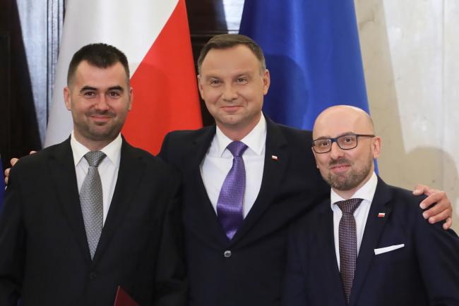 Błażej Spychalski, President Andrzej Duda (centre) and Krzysztof Łapiński. Photo: PAP/Paweł Supernak