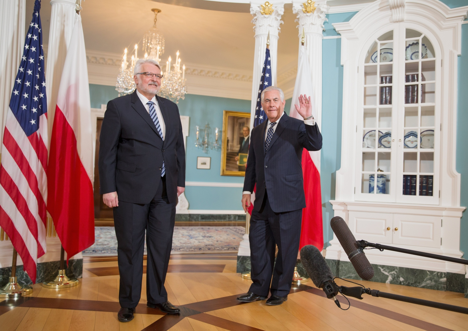 US Secretary of State, Rex Tillerson (R) and Polish Foreign Minister Witold Waszczykowski (L) pose for photos at the US Department of State in Washington, DC. Photo: EPA/TASOS KATOPODIS