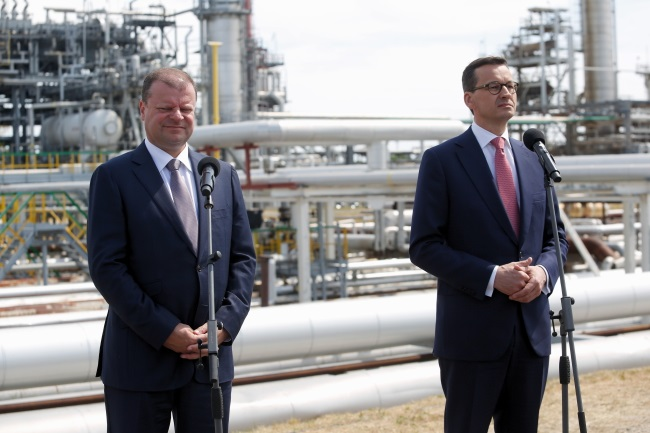 Polish Prime Minister Mateusz Morawiecki (right) and his Lithuanian counterpart Saulius Skvernelis (left) give a joint press conference at the Orlen Lietuva refinery in Mažeikiai, north-western Lithuania, on Sunday. Photo: PAP/Adam Guz