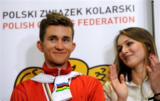 Kwiatkowski makes triumphant return to Poland after world championships win