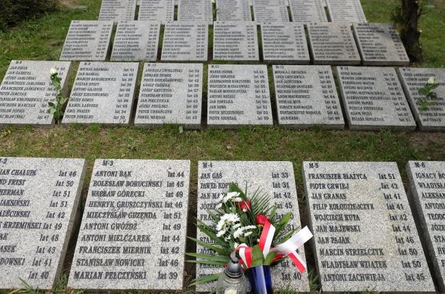 Пам'ятник-могила польського поліціанта, останки якого ексгумовано в Мєдному, Катовиці, 12 квітня 2019 року