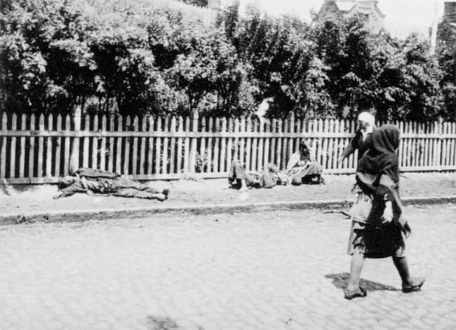 Starved peasants on a street in Kharkiv, 1933. In Famine in the Soviet Ukraine, 1932-1933. Photo: Wikimedia Commons