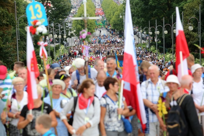 A group of pilgrims arrives at the Jasna Góra shrine in southern Poland for the Catholic Feast of the Assumption, mid-August 2017. Photo: PAP/Waldemar Deska