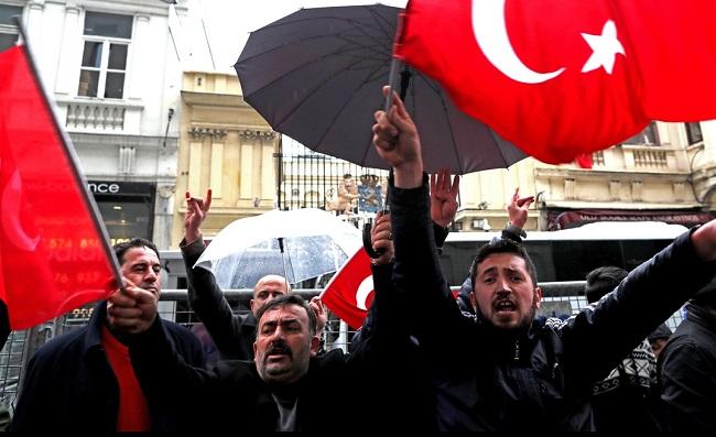 Протест турецких граждан перед дипредставительством Королевства Нидерландов
