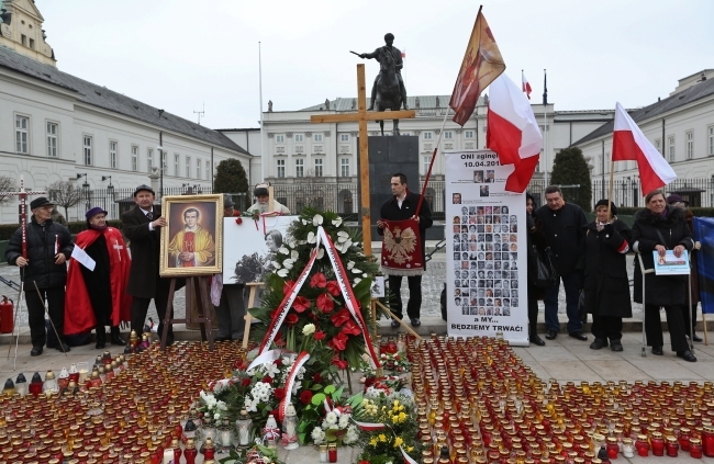 Third anniversary of Smolensk commemorations in front of presidential palace. Photo: PAP/EPA/Rafał Guz