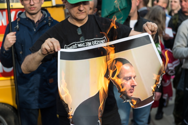 Roman Zieliński burns an image of the mayor of Wrocław. Photo: PAP/Maciej Kulczyński