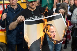 Polish nationalist burns image of mayor in Jewish skullcap