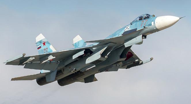 Samolot myśliwsko-bombowy SU-33. Jest to wersja rozwojowa rodziny samolotów Su-27, przystosowany do zastosowania na lotniskowcach.