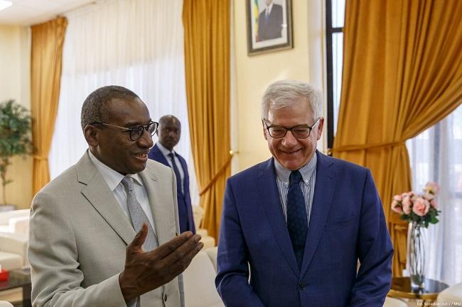 Polish Foreign Minister Jacek Czaputowicz (right) meets Senegal's top diplomat, Sidiki Kaba (left), in Dakar. Photo: twitter.com/PolandMFA