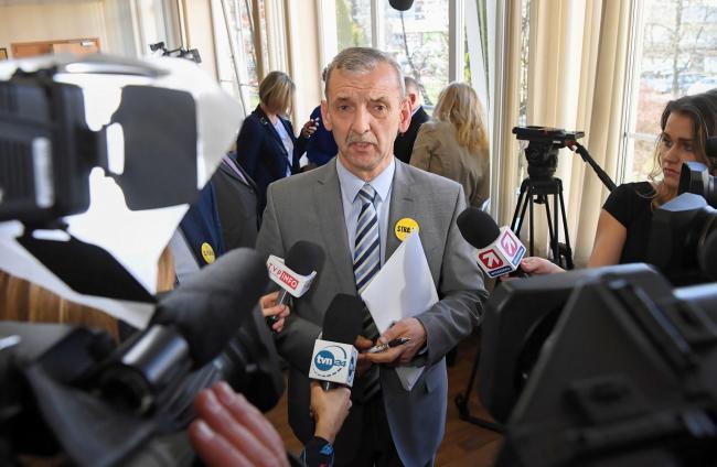 Прес-конференція після розмов уряду та освітян 1 квітня 2019 року, на фото голова Профспілки польських учителів Славомір Броняж