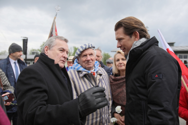 Poland's Piotr Gliński (left), meets Austrian Chancellor Sebastian Kurz (right). With them is former camp prisoner Stanisław Zalewski (centre) .