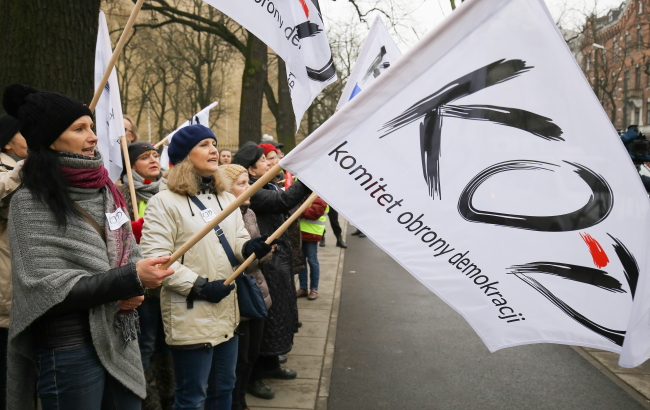 The Committee for the Defense of Democracy protesting in front of the Constitutional Tribunal building against Law and Justice's amendment on the tribunal, 9 December 2015. Photo: PAP/Paweł Supernak