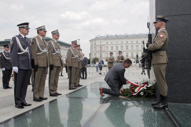 Министр национальной обороны Польши Мариуш Блащак возлагает цветы к Могиле неизвестного солдата во время празднования Дня Оперативного командования частей Вооруженных Сил