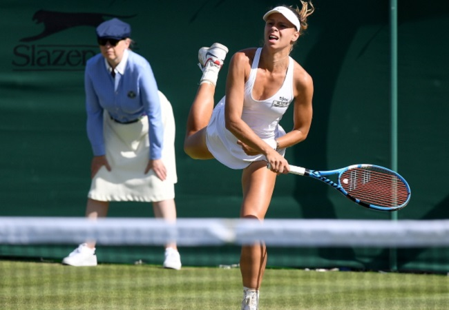 Magda Linette in action against Amanda Anisimova