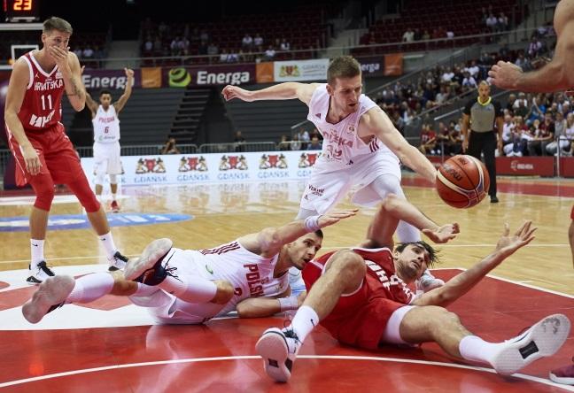Игроки сборной Польши Адам Вачиньский (слева) и Кшиштоф Сулима (второй слева) и Дарио Сарич (справа) и Томислав Зубчич (слева) из хорватской сборной во время квалификационного матча Чемпионата мира по баскетболу