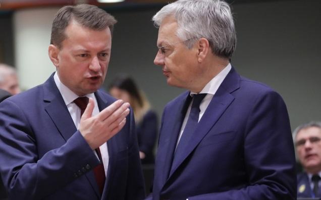 Министр обороны Польши Мариуш Блащак (слева) и министр иностранных дел и обороны Бельгии Дидье Рейндерс (справа) во время заседания Совета министров иностранных дел и обороны Европы в Брюсселе