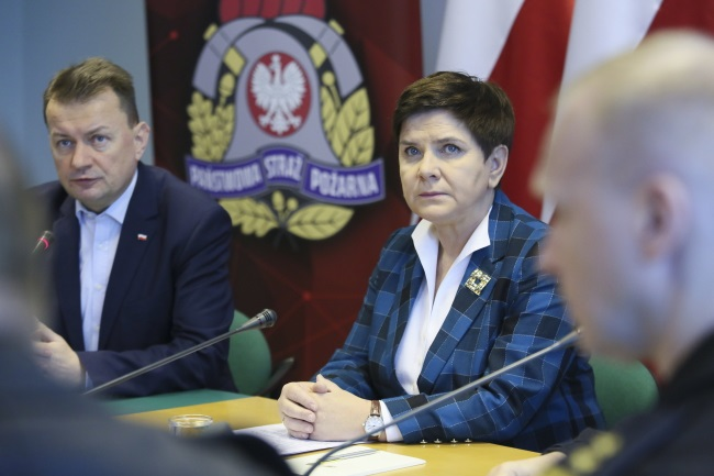 PM Beata Szydło (right) and Interior Minister Mariusz Błaszczak (left) discuss the aftermath of gales with province governors and fire service chiefs in Warsaw on Monday. Photo: PAP/Leszek Szymański